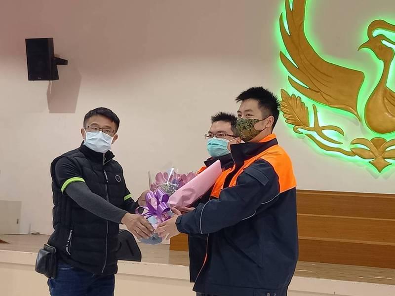 台南市民陳森茂(左),獻花給和緯專責隊員趙建穎(中)‧楊順翔(右),感謝救命之恩。記者黃宣翰/攝影