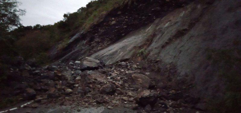 花蓮瑞港公路今天發生坍方,大片落石覆蓋道路無法通行,於上午10點恢復單線雙向通車。記者王思慧/翻攝