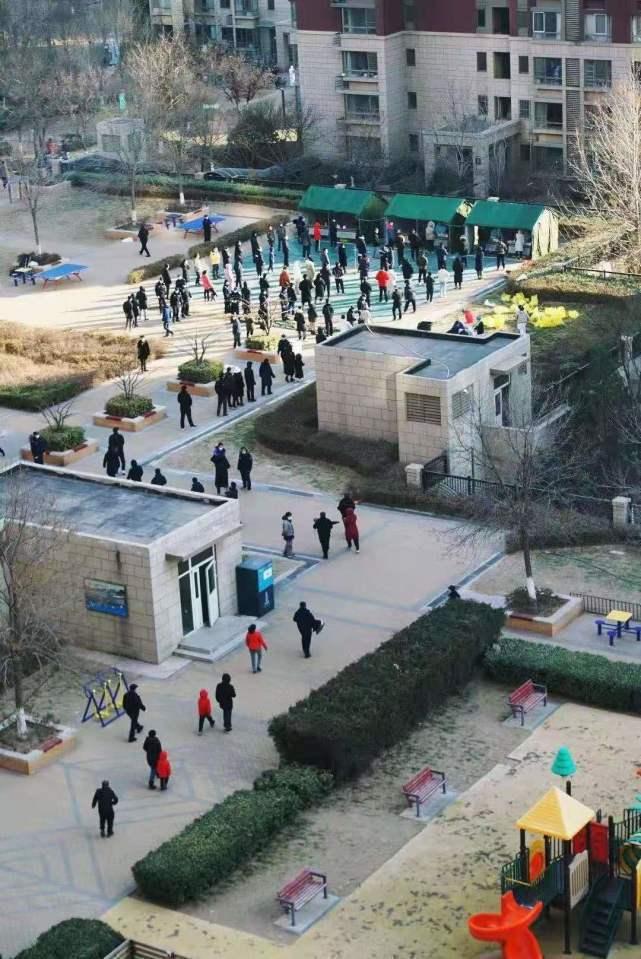 北京大興區一早全員核酸檢測。(北京日報)