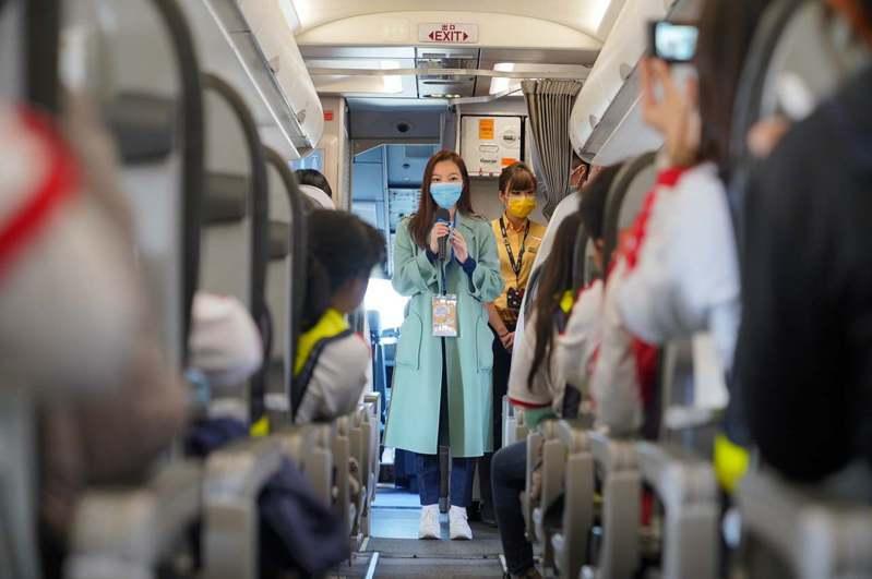 鴻海集團創辦人郭台銘太太曾馨瑩,週末參與永齡鴻海台灣希望小學小朋友們的航空體驗營。照片來源/郭台銘臉書。