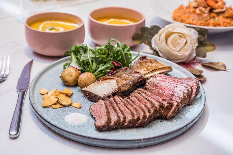 粉紅微醺套餐中,可搭配妝粉紅牛小排或微秘蜜嫩烤戰斧等不同主餐組合。圖/微兜提供