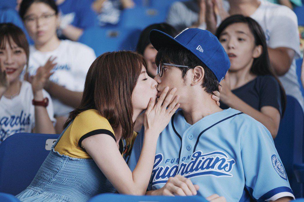 宥勝(右)與林予晞在棒球場激吻紅到國際。圖/台北市電影委員會提供