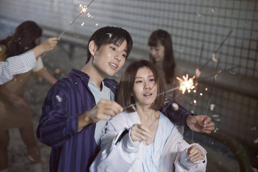 白安(右)跟徐鈞浩在「白色」MV演出親密情侶。圖/相信音樂提供