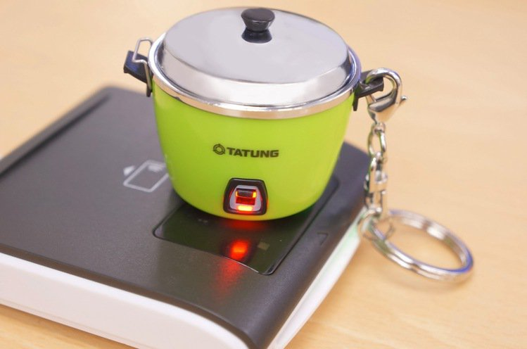 感應時電鍋開關處還會發亮,重現電鍋正在悶煮料理時的模樣。圖/愛金卡提供