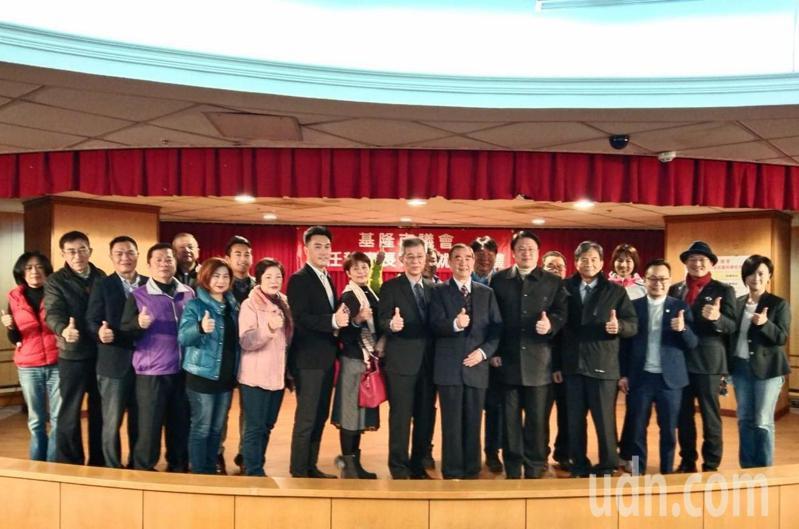 基隆市議會今早舉辦新任秘書長李銅城布達就職典禮,府會首長和議員合影。記者邱瑞杰/攝影