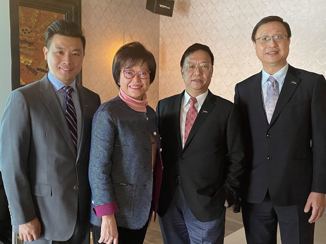 磊山保經業務總經理林世德(左起)、董事長李佳蓉、執行副董黃金木、總經理曾粹頤,在...