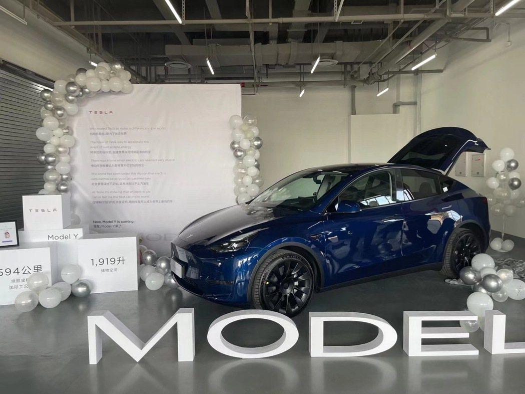 去年下訂單的車主已經領到特斯拉大陸生產的Model Y。澎湃新聞