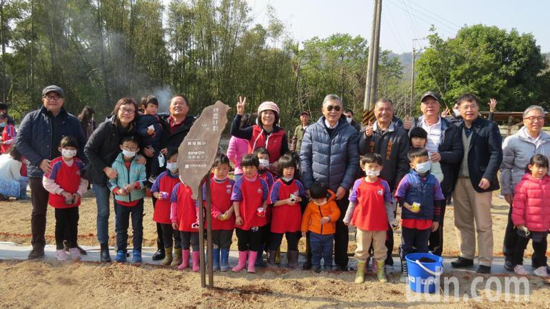 信邦電子董事長王紹新今天率團隊到興隆國小送愛,一起撒下希望種子。記者范榮達/攝影