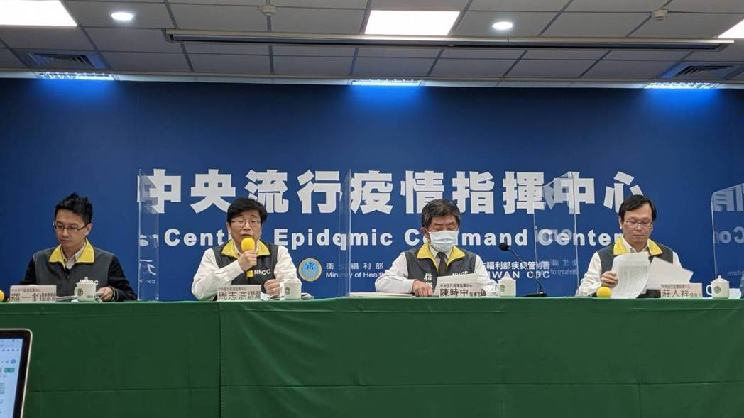 中央流行疫情指揮中心今天記者會出席者由左至右:中央流行疫情指揮中心醫療應變組副組...