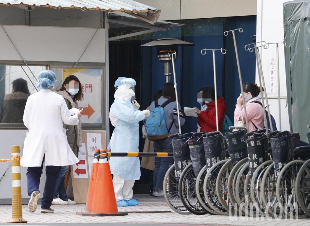 北部某醫院院內感染再增加一例,上午院外的採檢區仍有不少人前往採檢。記者鄭超文/攝...