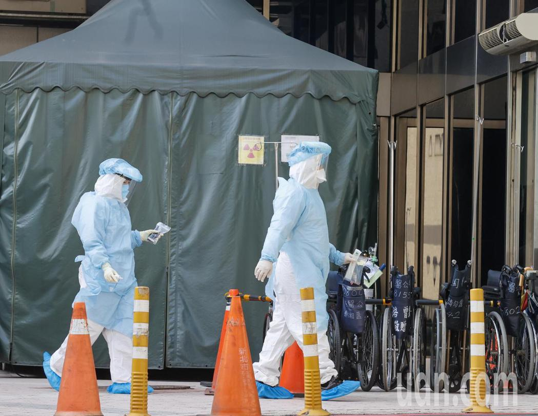 北部某醫院院內感染再增加一例,上午院外的採檢區仍有不少人前往採檢,工作人員穿著全...