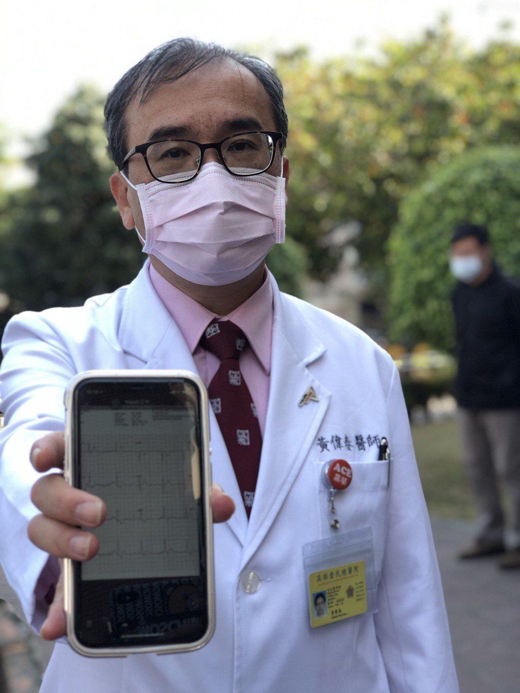 高榮重症醫學部主任黃偉春說,救護車上配置的「十二導程心電圖」資訊會及時傳到醫師手...