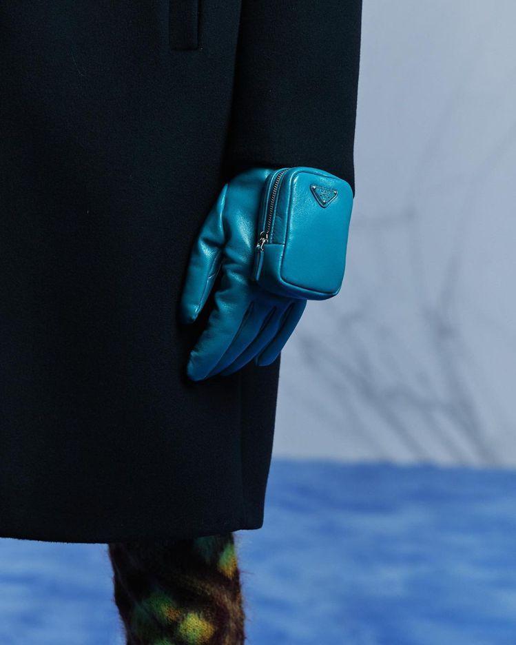 飛行員夾克袖子、手套上的迷你包功能與造型兼具,自然而然成為設計的一部分,沒有給人...