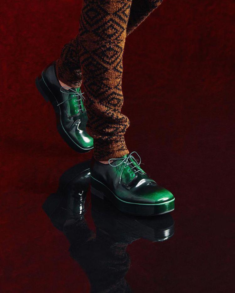 亮面皮革鞋則是散發炫目的未來感。圖/PRADA提供