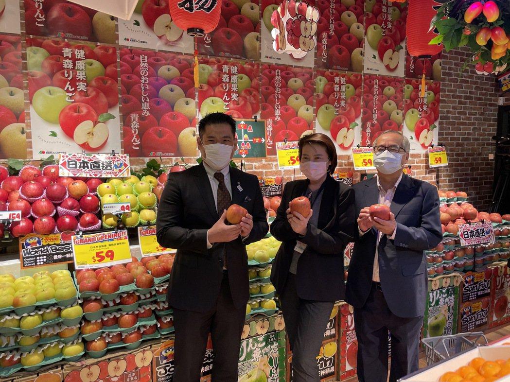 台北市副市長黃珊珊(中)今出席唐吉訶德西門店開幕記者會,並巡視店內販售水果。圖/...