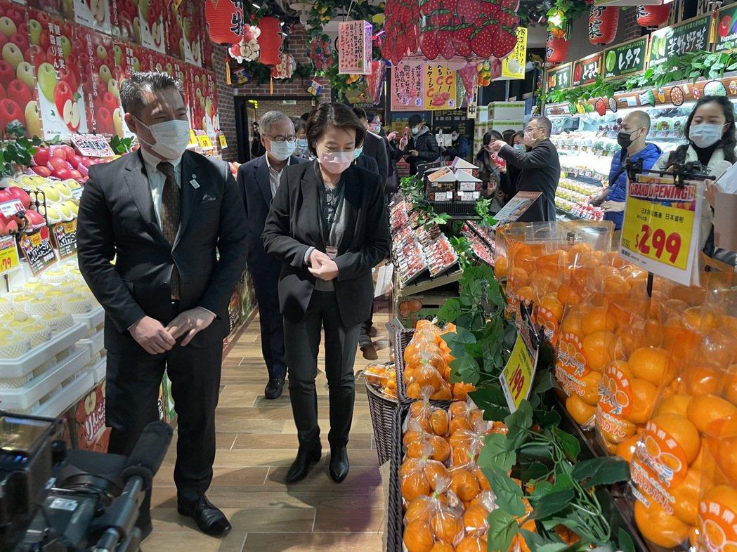 台北市副市長黃珊珊今出席唐吉訶德西門店開幕記者會,並巡視店內販售水果。圖/北市產...