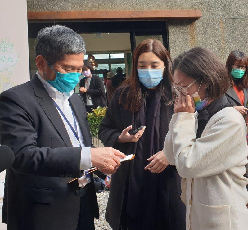 文化部長李永得(左)今出席台灣文學基地開幕,有民眾為台中天外天劇場遭撤銷暫定古蹟陳情。記者陳宛茜/攝影