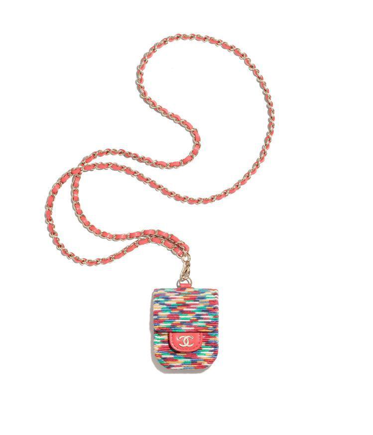 多彩編織珊瑚紅皮穿鍊耳機包,44,100元。圖/香奈兒提供