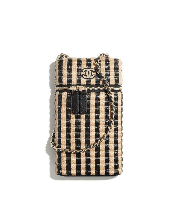 米黑雙色拉菲草編織皮穿鍊帶手機包,44,100元。圖/香奈兒提供