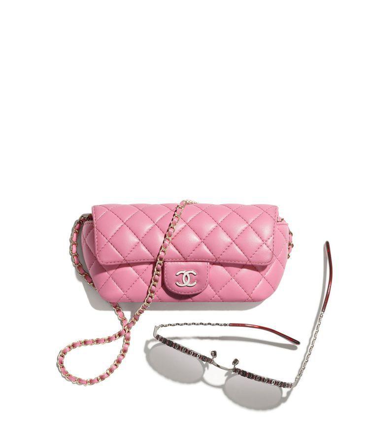 粉紅菱格紋皮革眼鏡包,45,800元。圖/香奈兒提供
