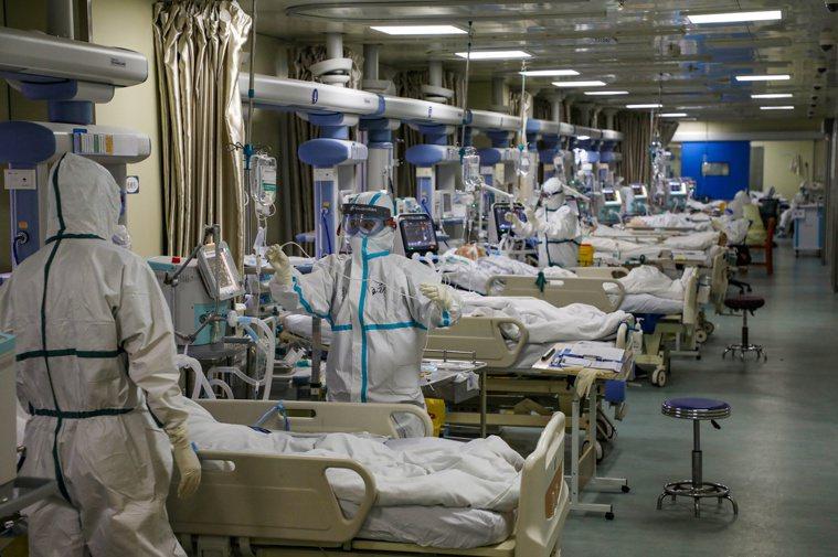 圖為大陸武漢的新冠肺炎加護病房。(路透)