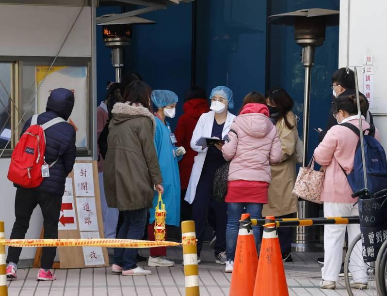 部立桃園醫院爆群聚感染,許多接到疫情指揮中心通知,被匡列回院做篩檢的護理人員,來到醫院外的篩檢站報到,等候採檢。記者葉信菉/攝影