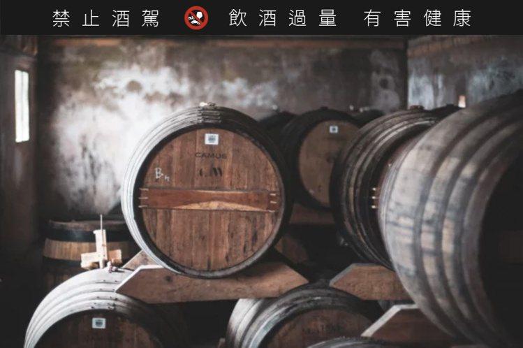 酒窖位於蘭貝島的海岸旁,釀造出充滿海味和豐富果香的干邑白蘭地桶愛爾蘭威士忌。圖/...