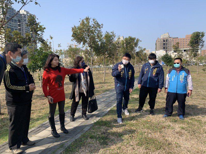 台中市議員吳瓊華(紅衣者)與台中市運動局等會勘烏日全民運動中心場館位置。圖/吳瓊華議員提供
