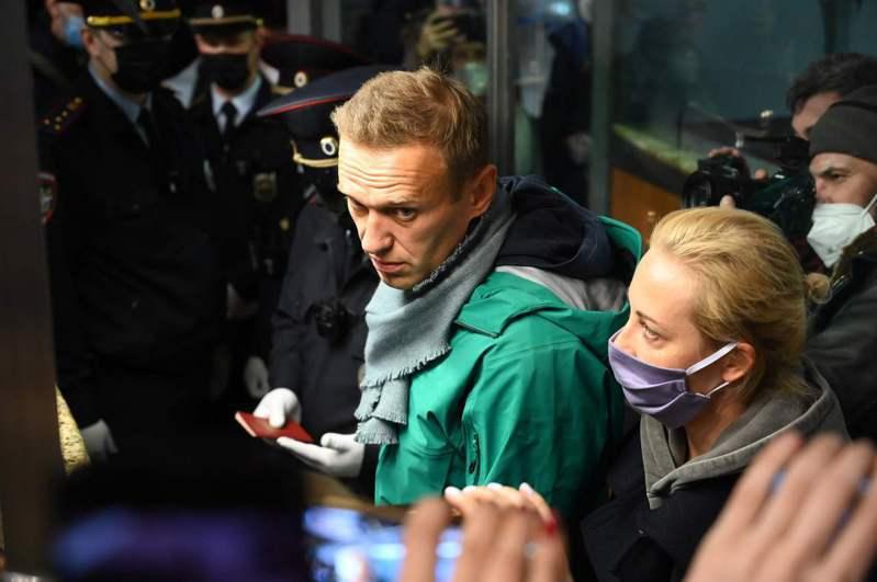 納瓦尼與妻子尤莉雅17日在莫斯科機場拿出護照通關,他在通關後隨即被捕。法新社
