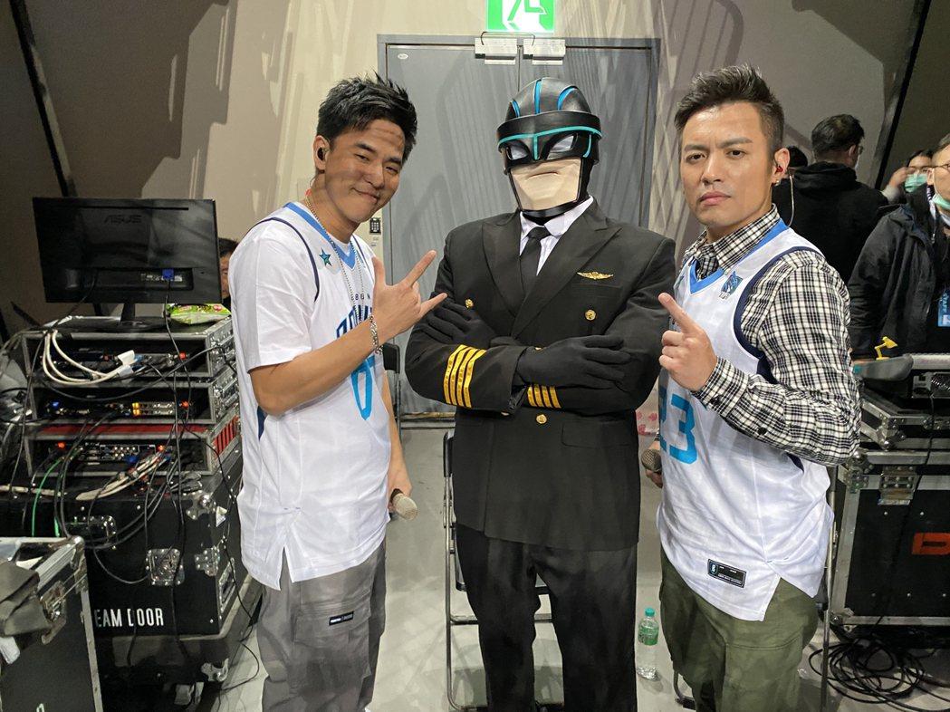 主唱電影同名主題曲「叱咤風雲」的范逸臣(右)、柯有倫(左)周日還到和平籃球比賽現...