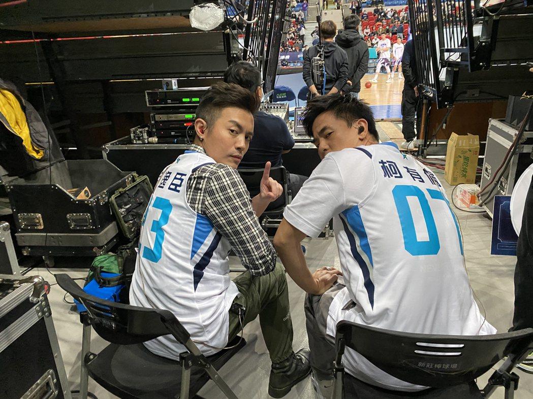 主唱電影同名主題曲「叱咤風雲」的范逸臣(左)、柯有倫(右)周日還到和平籃球比賽現...