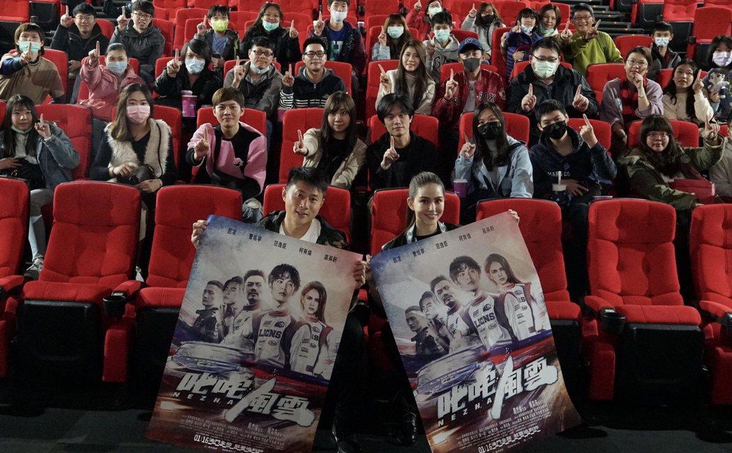 「叱咤風雲」上映兩天破600萬,昆凌(前排右)和彭小刀(前排左)勤跑映後宣傳。圖...