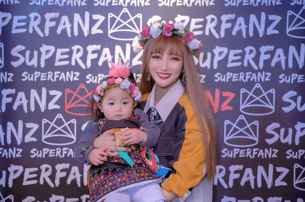 黃美珍(右)替女兒「小星」換上卑南族公主裝。圖/Superfanz提供