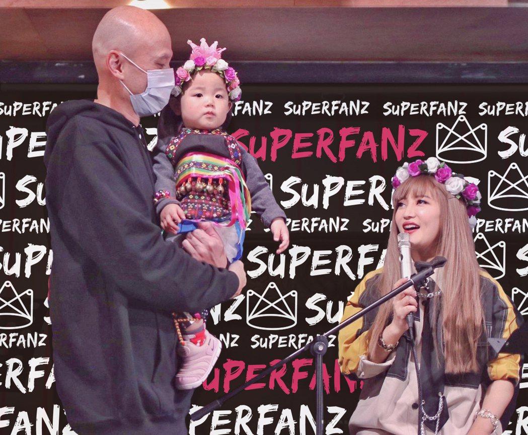 黃美珍(右)跟老公張瑞哲(左)、女兒「小星」幸福同台。圖/Superfanz提供