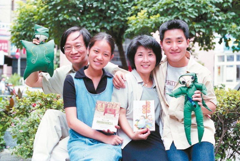 1999年夏天,作家小野(李遠)(左一)一家四口,三人同時出書,並舉辦新書發表會。左二起:李華、小野妻子鄭麗貞、李中。(圖/本報資料照片)