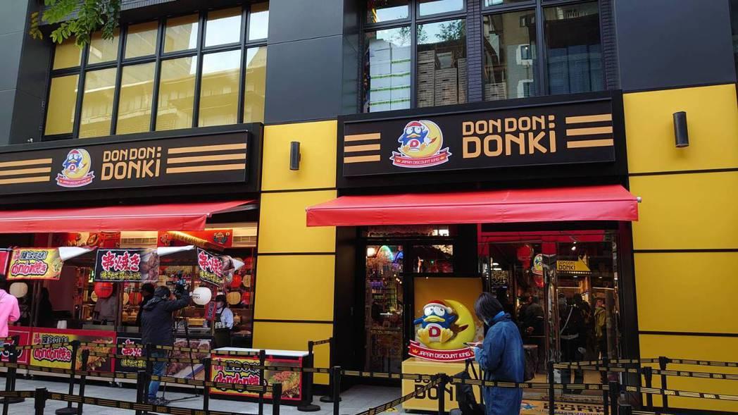 「DON DON DONKI」台灣首店外觀,戶外也販售日本熟食。記者何秀玲/攝影