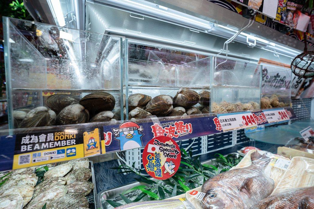 「DON DON DONKI」台灣首店首次嘗試於店鋪中販售活貝類。DON DON...