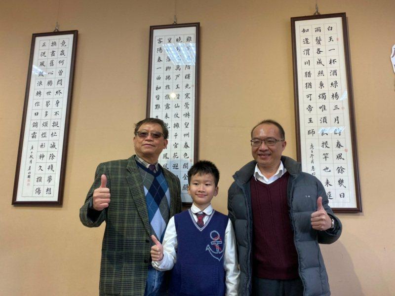 詹昀翰(中)在全國國語文競賽獲得國小學生組寫字(書法)特優。記者鄭國樑/攝影