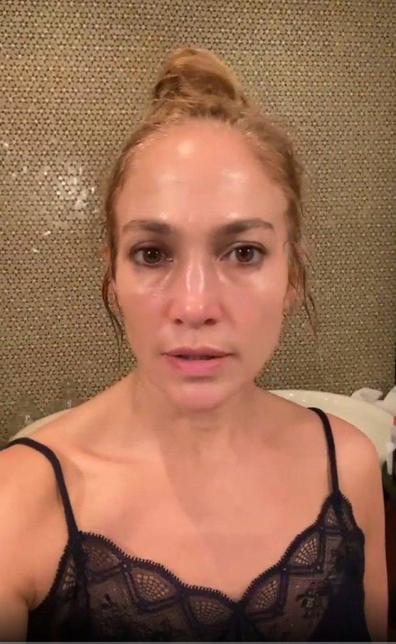 珍妮佛洛佩茲為了宣傳自己的護膚面膜,幾乎沒啥化妝開直播。圖/摘自Instagra...