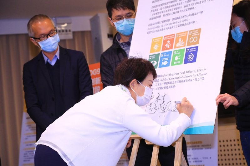 台中市長盧秀燕(右)昨簽署氣候緊急宣言,3年後打造台中為無煤城市;綠色和平基金會執行總監施鵬翔(後排左)等人見證。記者陳秋雲/攝影