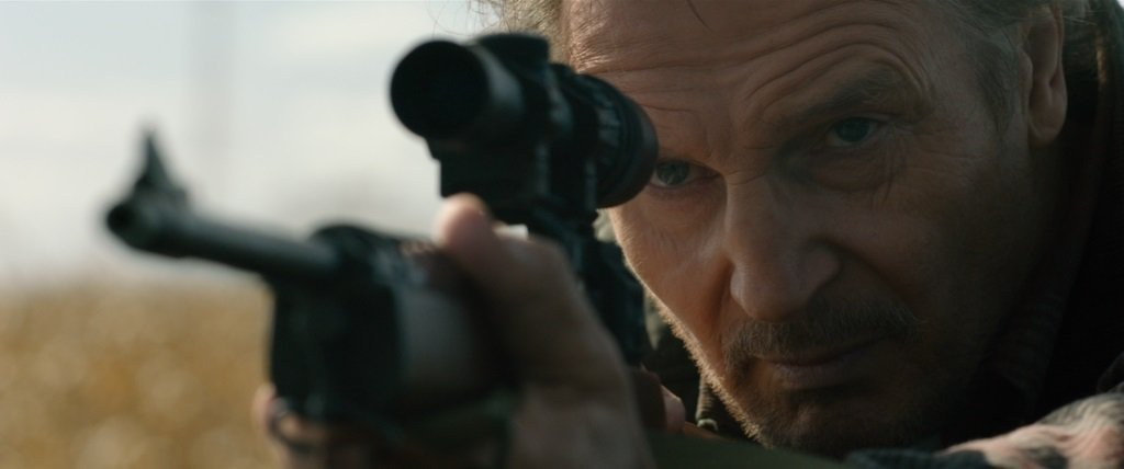 連恩尼遜最新動作鉅片「捍衛救援」20日在台上映。圖/車庫娛樂提供