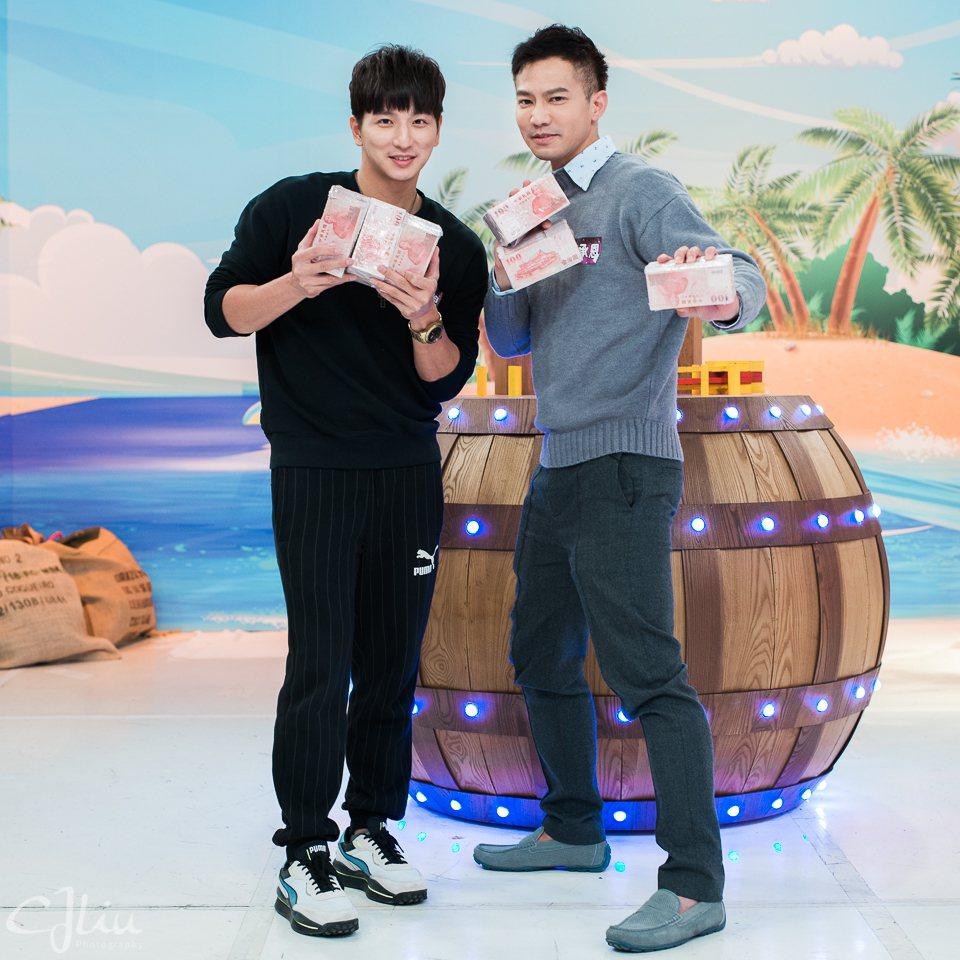 楊奇煜(左)和鄒承恩幸運抱回高額獎金。圖/衛視提供