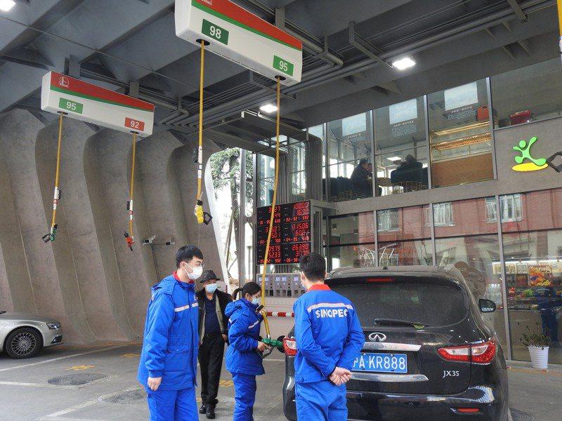 中石化上海分公司第一加油站採懸掛式加油機。特派記者林宸誼/攝影