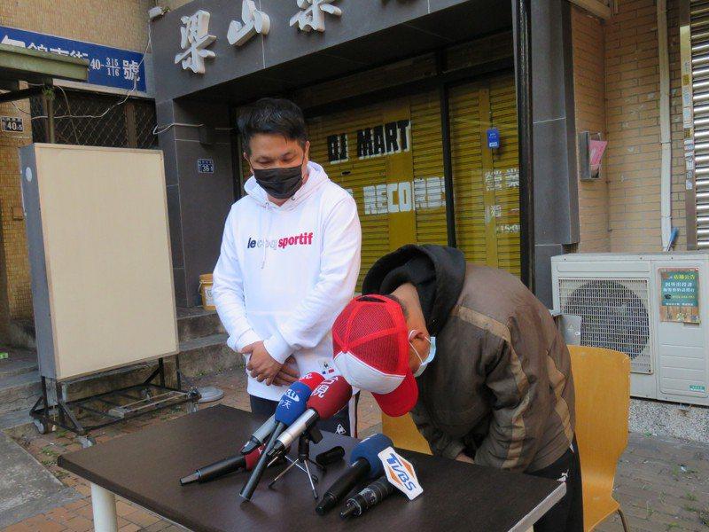 台中27歳江姓男子(右)昨天開記者會感謝曾給他工作的3位老闆,並謝謝社會大眾的協助,同時坦承仍有約27萬元的罰款待償還。記者黃寅/攝影