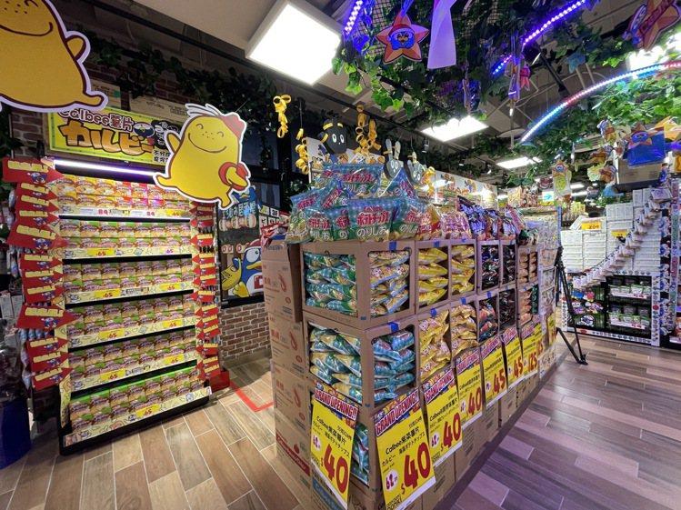 賣場內設置了日本旅遊必備伴手禮Calbee薯條系列專區。記者黃筱晴/攝影