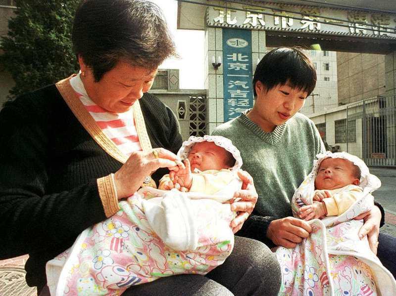 大陸部分地區仍存有「重男輕女」、「生男孩傳宗接代」的陳舊過時觀念,讓「轉胎藥」有利可圖。圖為北京婦人生養一對雙胞胎男孩。美聯社資料照片