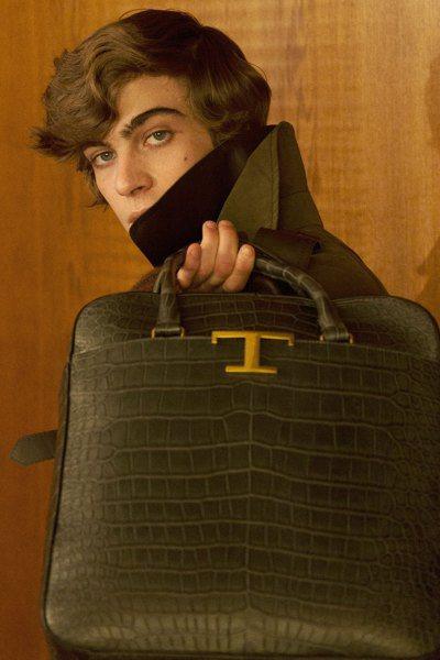 以金屬製成的「T」圖案不斷現身在各式單品上,加深品牌印象。圖/迪生提供