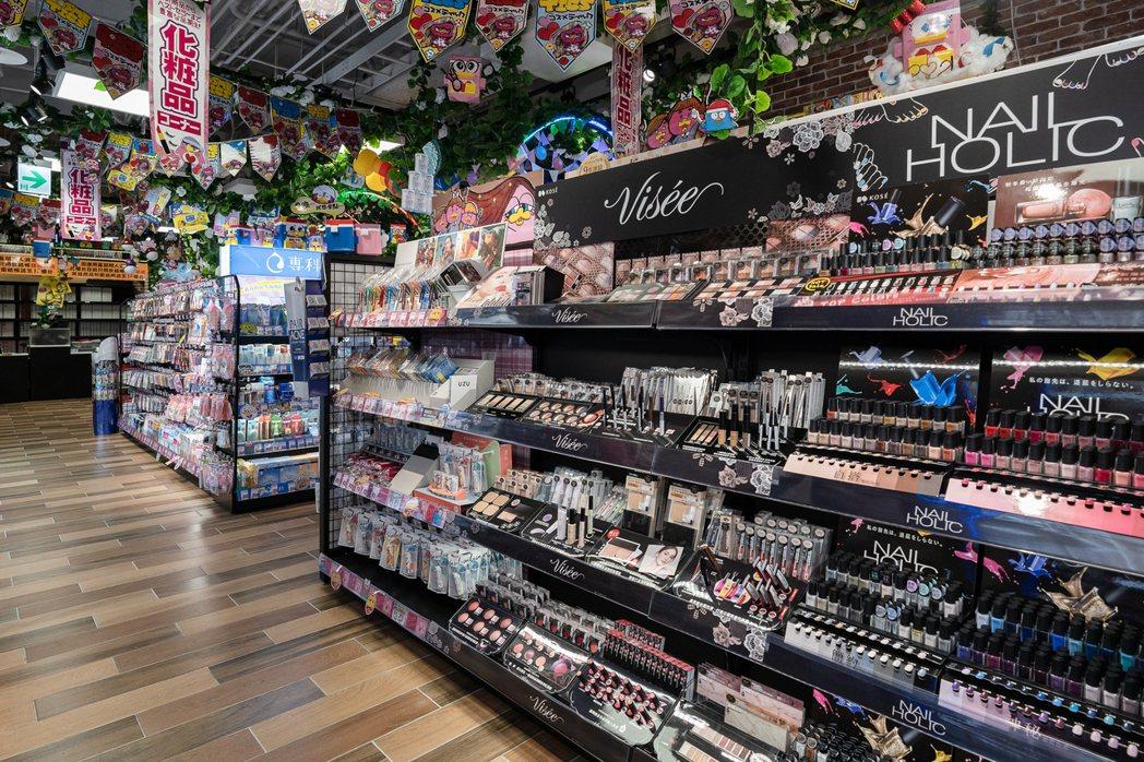 唐吉訶德DON DON DONKI西門店中,許多人愛逛的美妝用品在三樓。 圖/D...