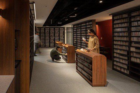 目前館內共有11萬件視聽館藏、3,400至3,500本中外文圖書及超過20種期刊...