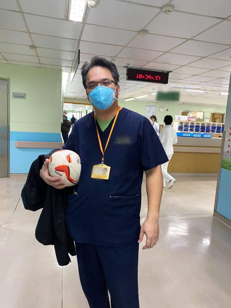 施景中臉書PO出在染疫醫院值班,穿著工作服的醫生。 圖/截自施景中臉書